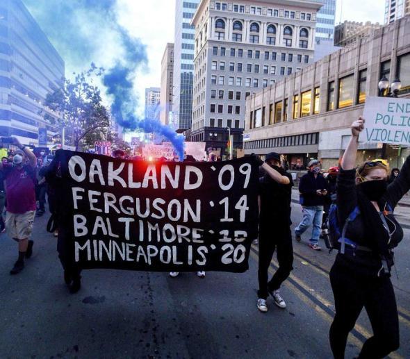 Parte de los manifestantes en California que reclaman el fin de la violencia policiaca tras la muerte de George Floyd. (AP)